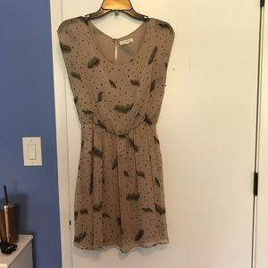 Beige short sleeve dress with feather design